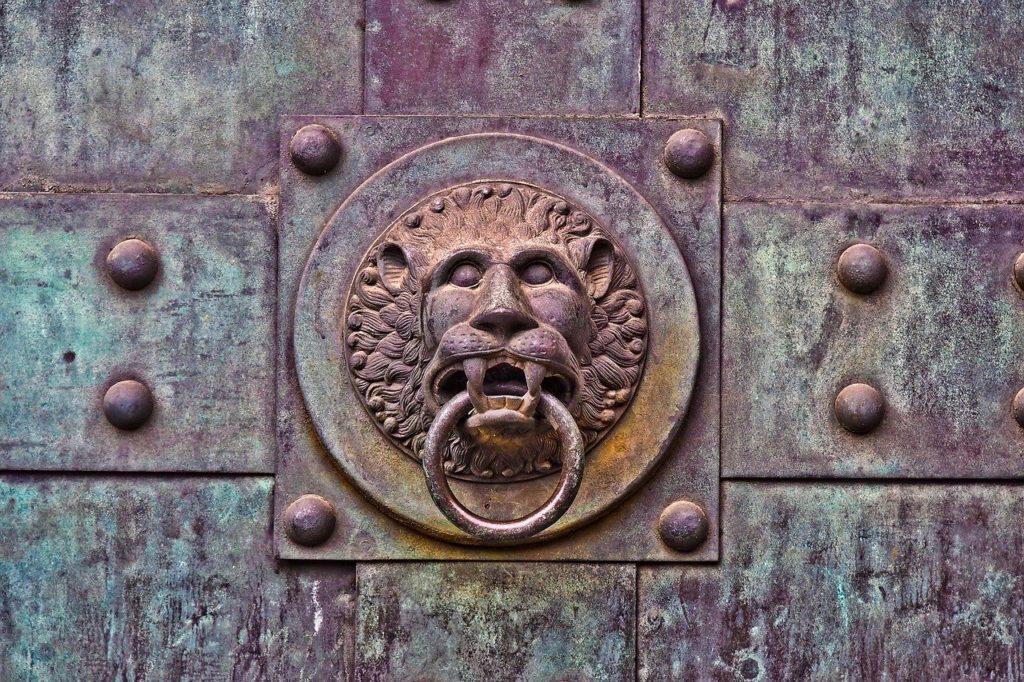 Parfois il faut trouver le secret d'un symbole pour pouvoir ouvrir une porte. Trouver la clé d'une porte est synonyme d'initiation accomplie.